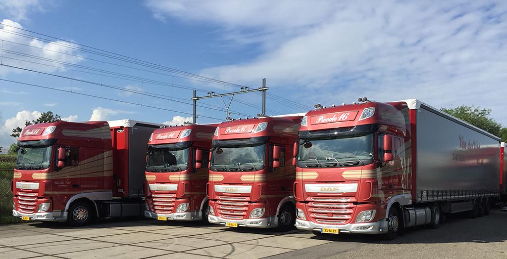 vier Transport Van der Veld vrachtwagens met containerchassis