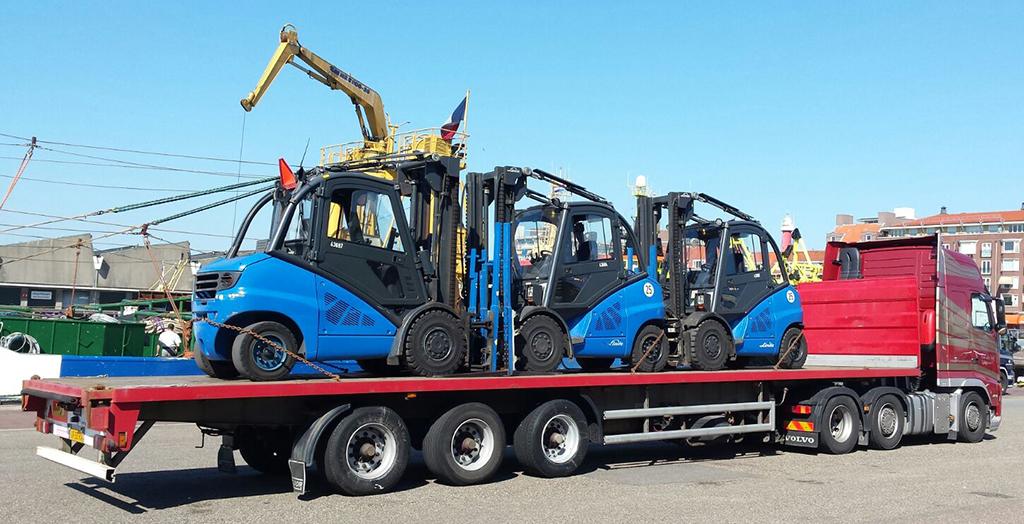 3 heftrucks op een dieplader van een Transport Van der Veld vrachtwagen, klaar voor vervoer