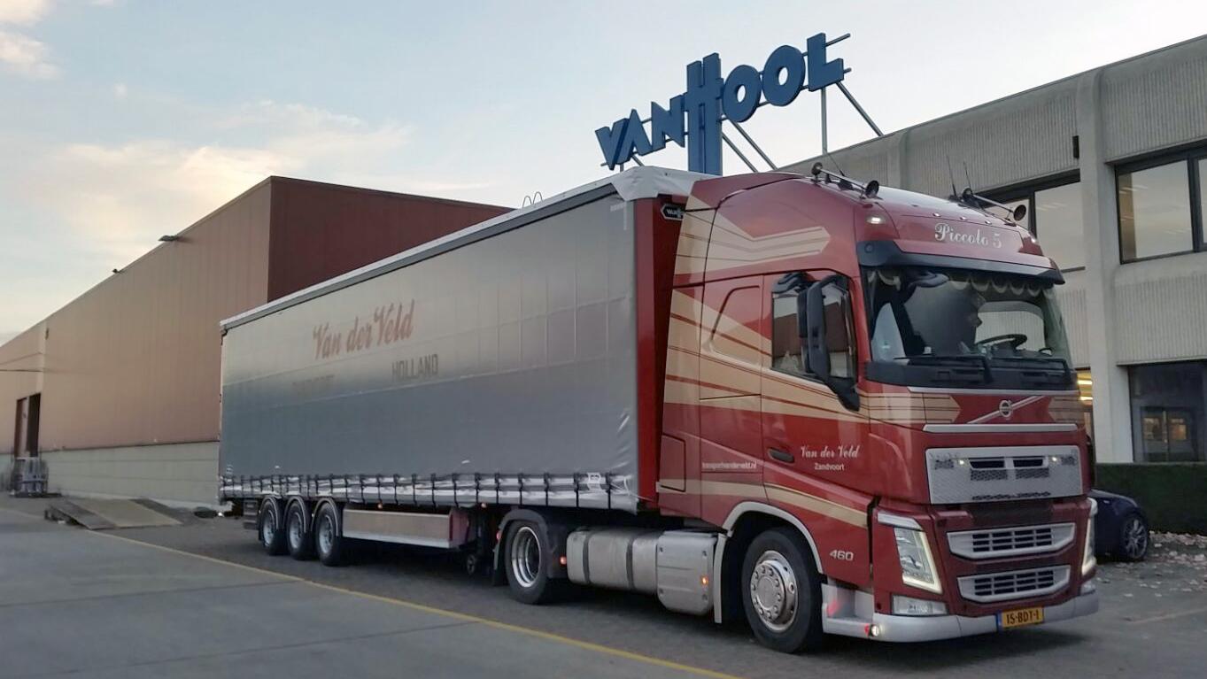 vrachtwagen van Transport Van der Veld heeft zijn goederen afgeleverd bij een bedrijf