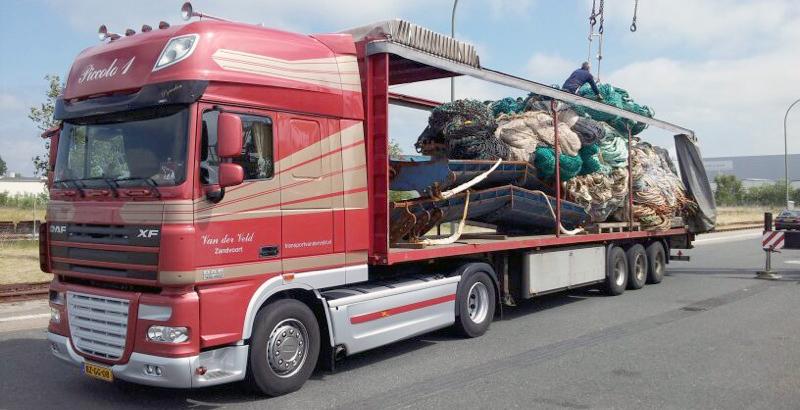 Transport Van der Veld vrachtwagen wordt geladen met netten